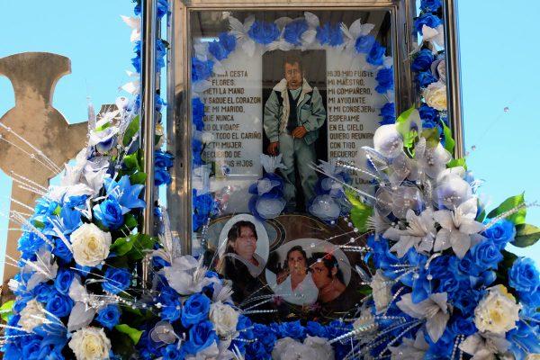 Tomba con fiori finti e colorati nel cimitero di Montjuic, Barcellona