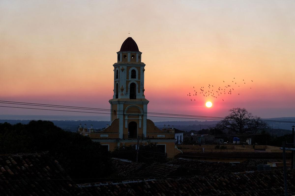 Tramonto a Trinidad con vista sul campanile