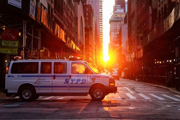 Alba a New York furgone dell NYPD