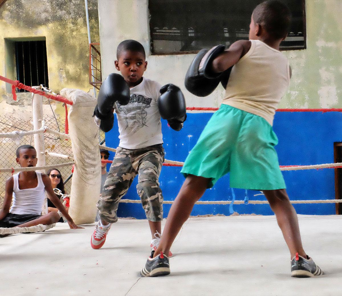 Due giovanissimi pugili sul ring in una palestra de l'Havana.
