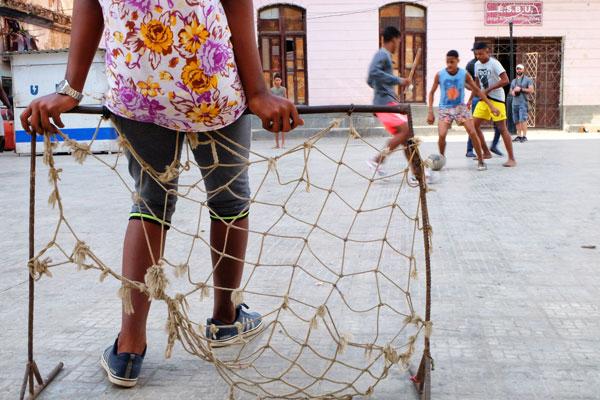 Bambini giocano a calcio nel centro di l'Havana. Connessione internet a Cuba, potrete farne a meno.