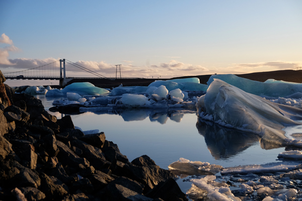 I blocchi di ghiaccio che scendono lentamente verso Diamond beach