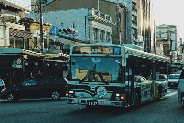 bus  in una strada di Kyoto, in Giappone