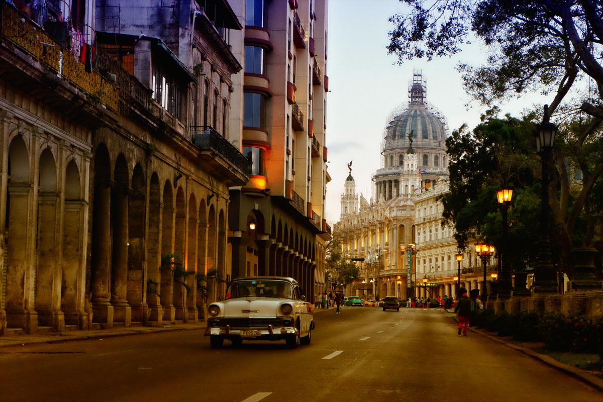 Auto anni '50 lungo la via del Capitolio a l'Havana, Cuba