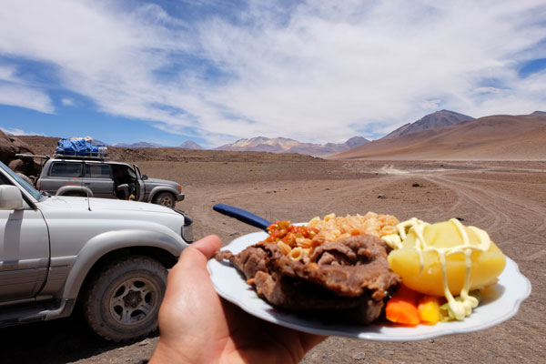 Pranzo al sacco nel salar de Uyuni in Bolivia