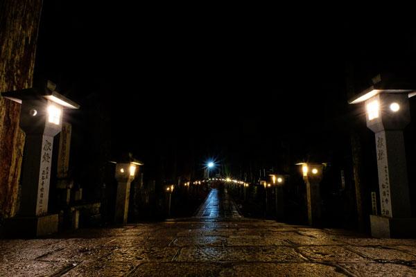 Cimitero di Koyasan di notte
