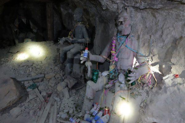 Visitare le miniere di Potosì iniziando con un saluto a El Tìò, il protettore dei minatori