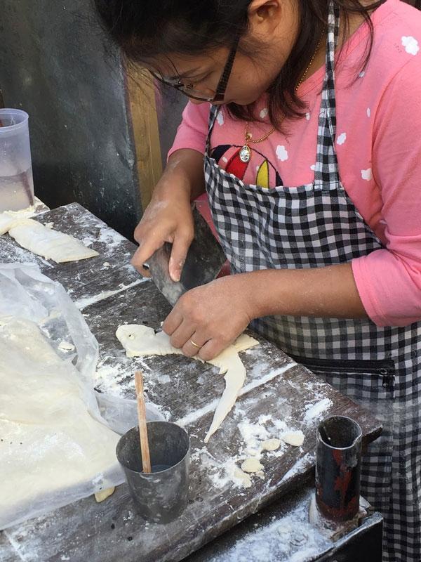 Quali mercati visitare a chiang mai? Sicuramente il warorot market con le sue frittelle thailandesi a forma di dinosauro