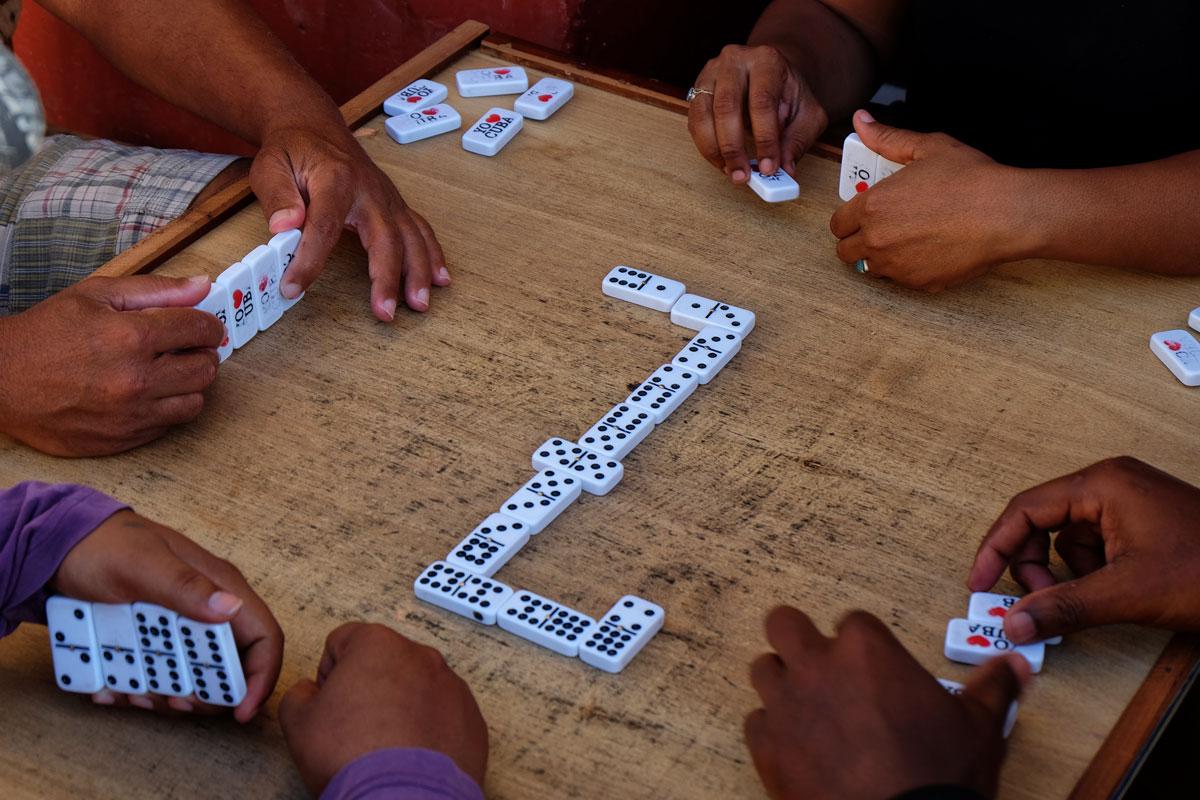Viaggio a Cuba, racconti di anziani che giocano a domino a Trinidad