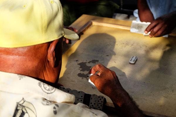 Anziani giocano a domino per le strade di Santiago de Cuba