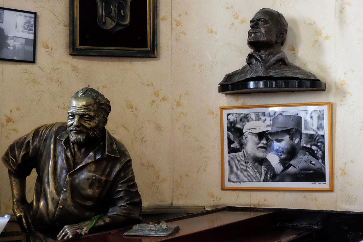 Una statua in bronzo di Ernest Hemingway all'interno del Floridita a l'Havana, Cuba