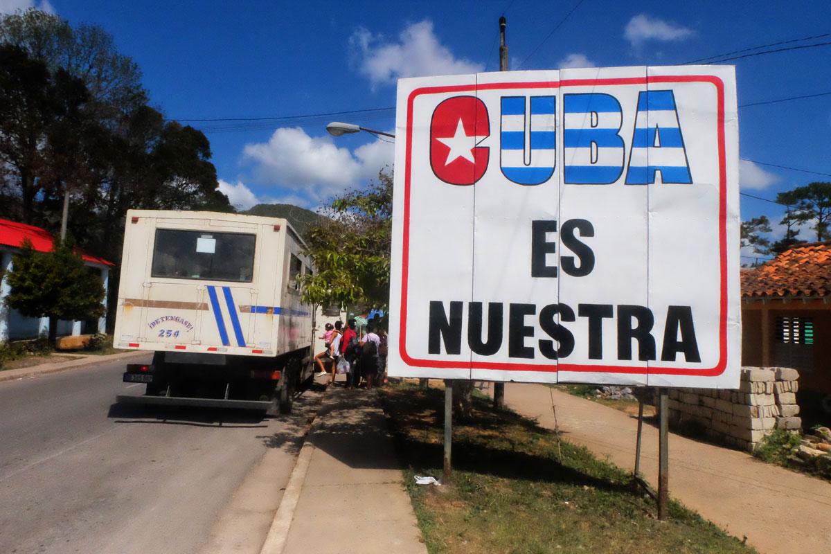 Manifesto con scritto Cuba es nuestra