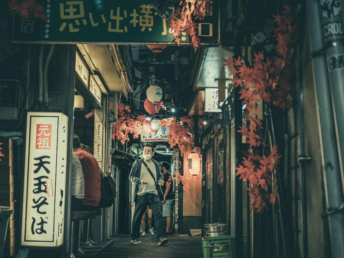 Uomo con mascherina in Giappone