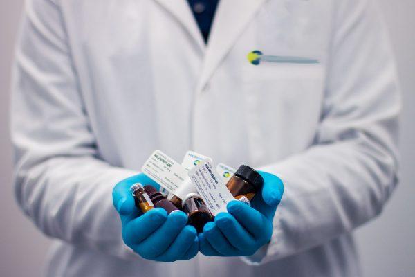 Come organizzare lo zaino da viaggio: mai dimenticare dei medicinali