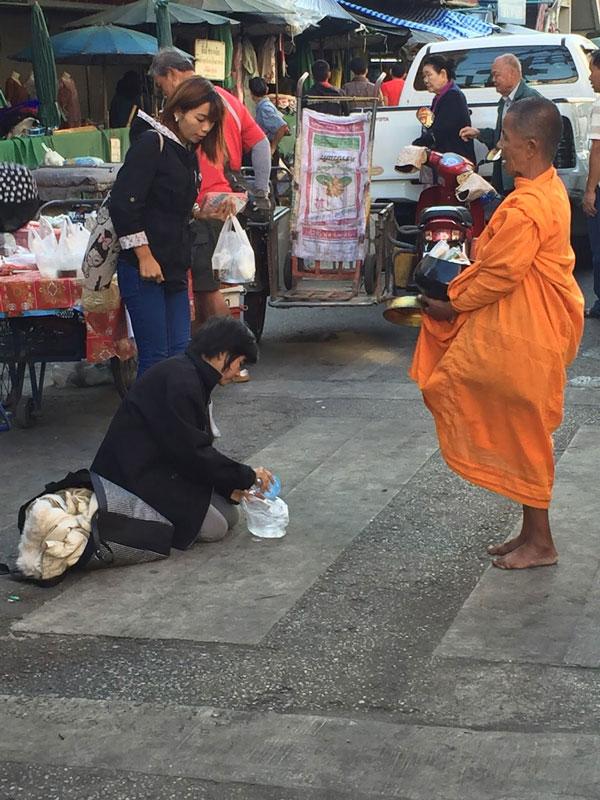 quali mercati visitare a chiang mai? Il warorot market, per trovare i fedeli donano cibo ai monaci buddhisti