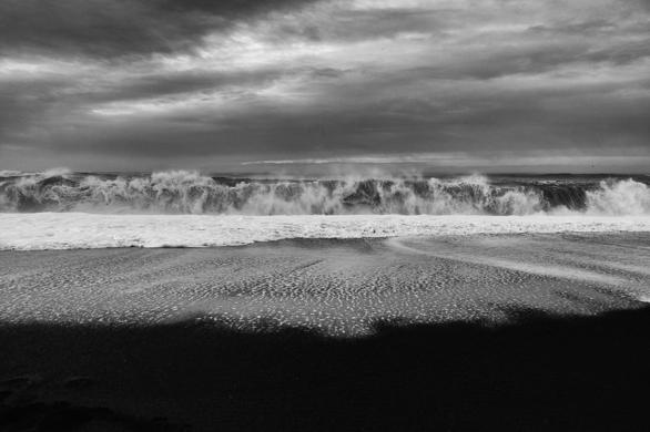 La potenza del mare sulla spiaggia di Reynisfjara
