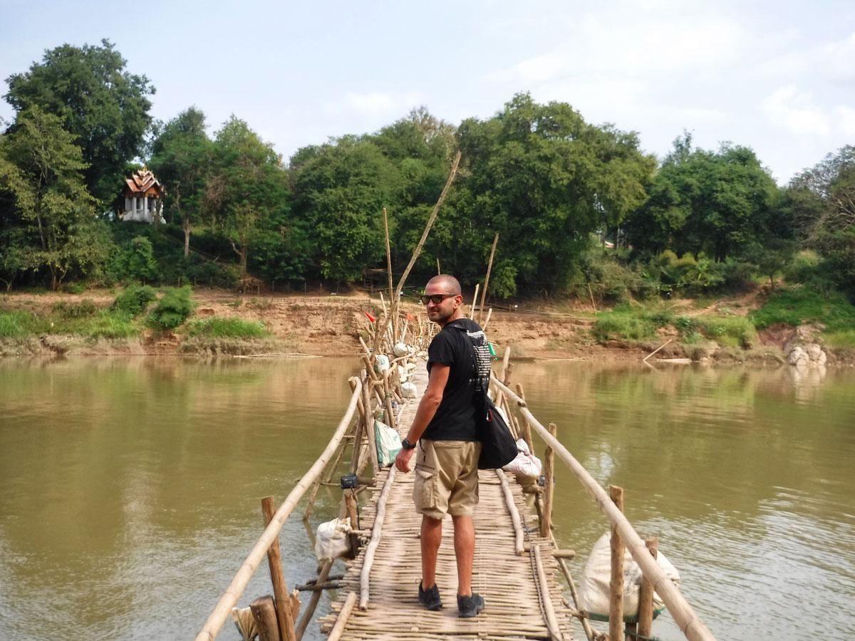 io su un ponte di bambù provvisorio in Laos