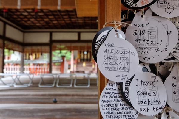 Preghiere in un tempio giapponese