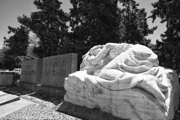 Statua in marmo nel cimitero di Montjuic