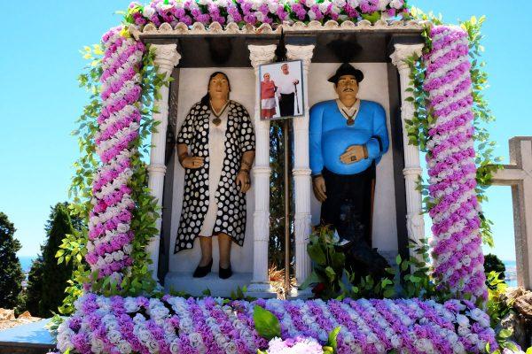 Tomba di coppia con riproduzione in pietra o terracotta dei defunti nel cimitero di Montjuic