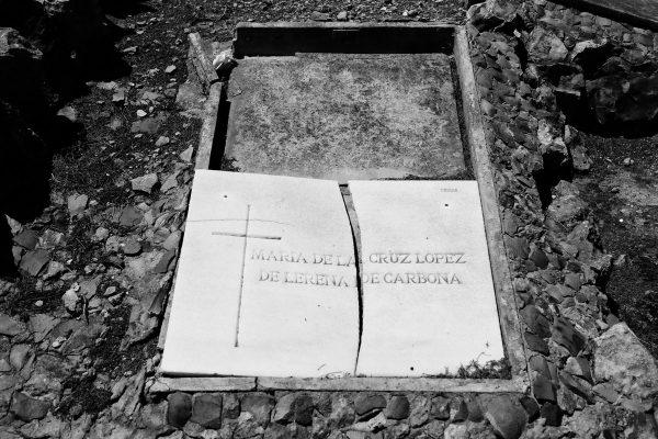 Tomba distrutta dal tempo e dall'incuria nel cimitero di Montjuic