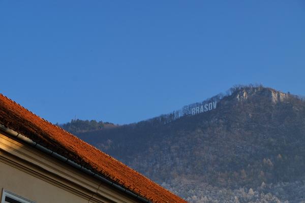 """Si staglia sulla città l'enorme scritta """"Brasov"""", in stile hollywoodiano"""
