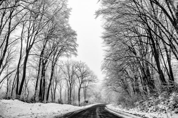 Strada innevata in Transilvania