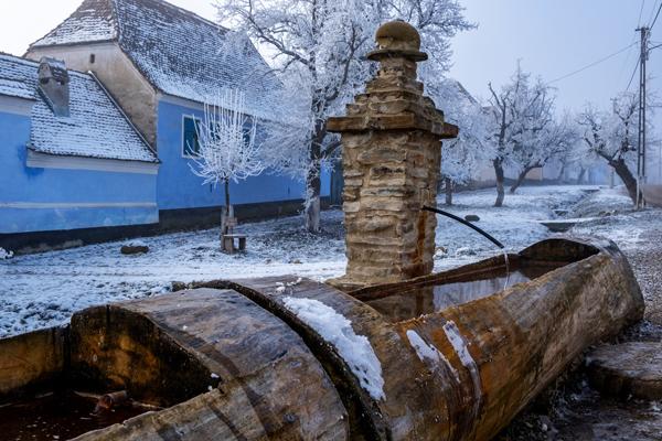 Fontana in un villaggio rurale in Transilvania