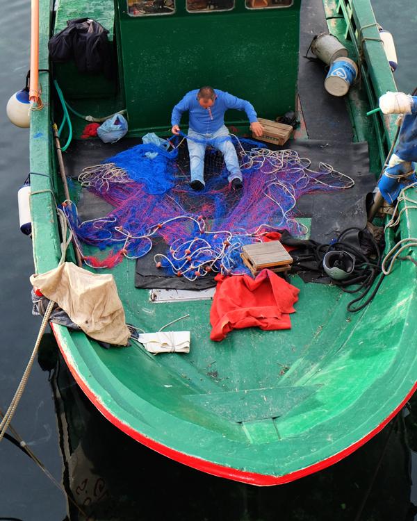 Pescatore a Gallipoli ripara le reti