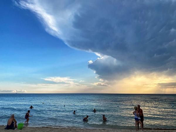 Come scegliere il mare nel Salento in base al vento. Qui Rivabella  prima di un temporale estivo