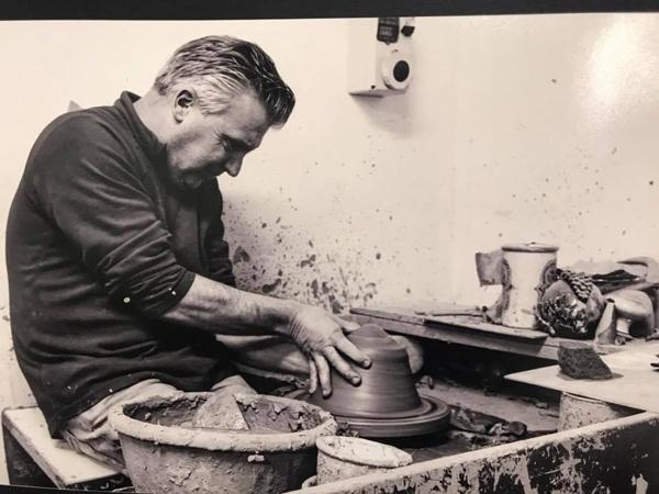 artigiano della terracotta al lavoro
