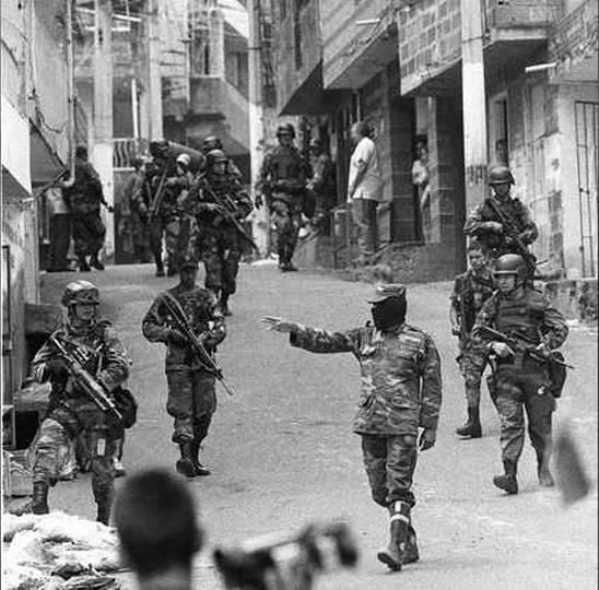 Operazione Orion nel 2002 nella Comuna 13 a Medellìn. Non perderti questo barrio durante il tuo  itinerario di 3 settimane in Colombia.