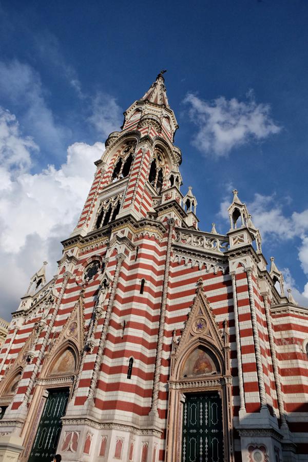 La bellissima facciata del Santuario de Nuestra Senora de el Carmen a Bogotà