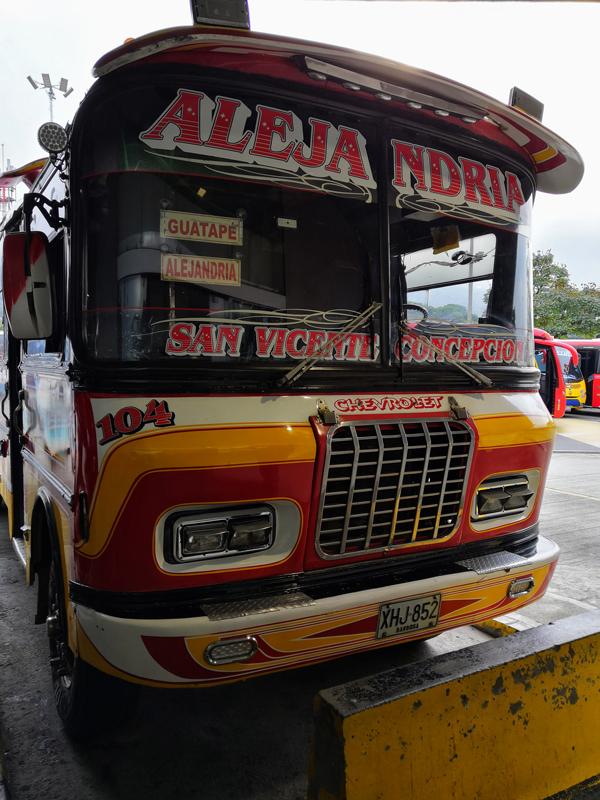 Bus per Guatapè, un'esperienza da fare durante il tuo itinerario di 3 settimane in Colombia.