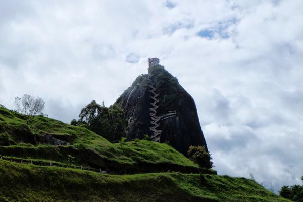 El Peñon de Guatapè , una tappa imperdibile durante il tuo itinerario di 3 settimane in Colombia.