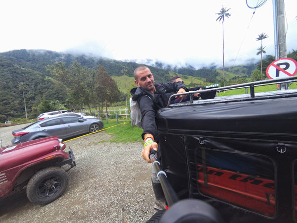 Raggiungere la Valle del Cocora in Colombia  a bordo di una jeep. Non può mancare nel tuo itinerario di 3 settimane in Colombia.